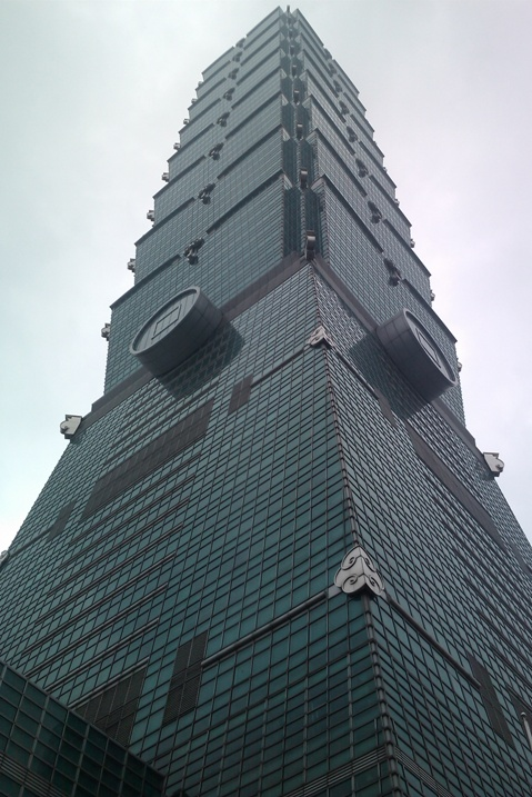 Taipei 101 des de sota. Impresiona molt.