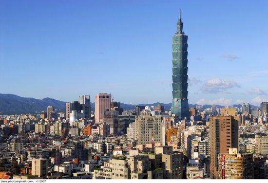 Taipei 101 al mig de Taipei (foto d'internet)